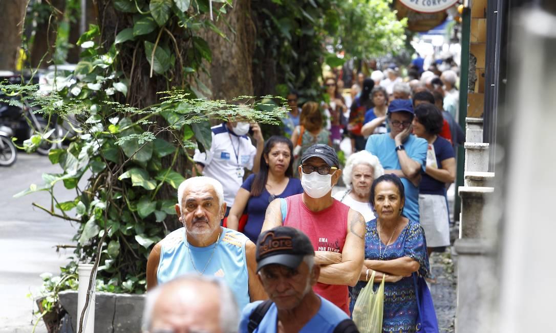 Fila para vacinação da gripe em posto de saúde no bairro do Catete, no Rio de Janeiro, em março de 2020 Foto: Guilherme Pinto / Agência O Globo