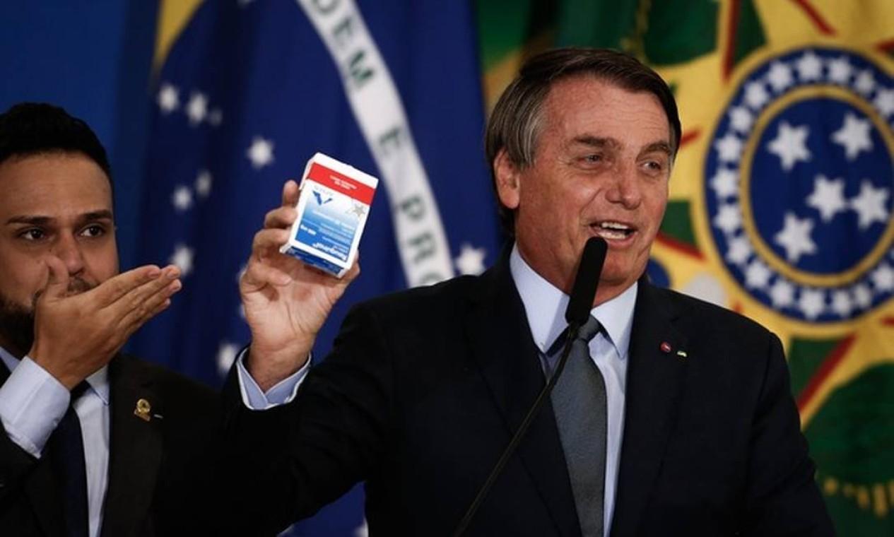 Jair Bolsonaro exibe caixa de cloroquina, medicamento sem eficácia comprovada contra a Covid-19, durante a posse de Eduardo Pazuello que foi efetivado como ministro da Saúde depois de quatro meses como interino. Pazuello Foto: Agência O Globo - 16/09/2020