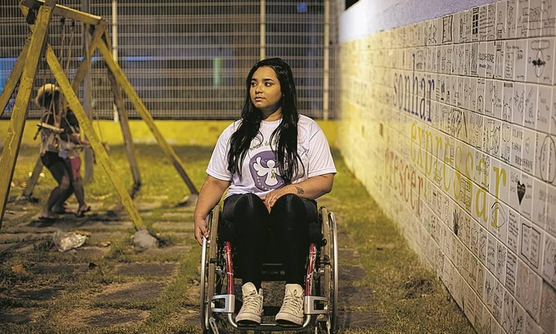 Thayane Monteiro, que à época tinha 13 anos e ficou paraplégica após ser baleada, vive sozinha em casa comprada com indenização e cursa Direito Foto: Hermes de Paula / Agência O Globo