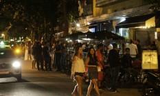 Rua Dias Ferreira continuou lotada mesmo após as 21 horas Foto: Domingos Peixoto / Agência O Globo