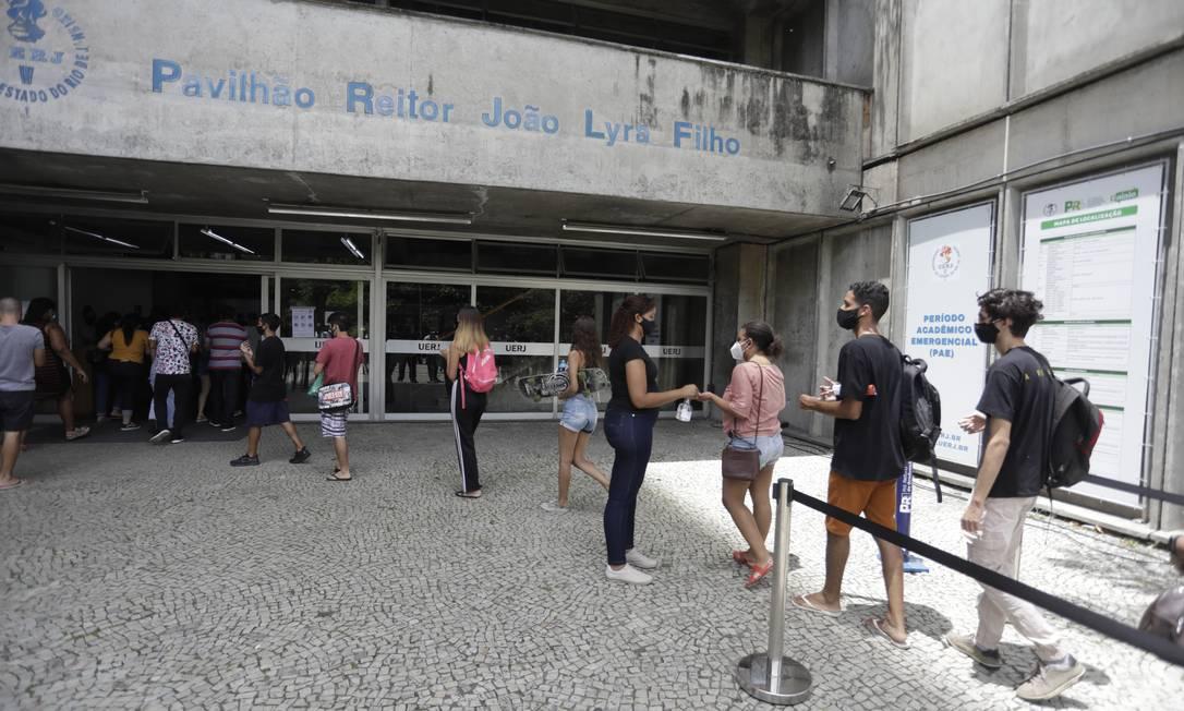 Estudantes chegam para segunda etapa do Enem 2021 na UERJ Foto: Gabriel de Paiva / Agência O Globo/24-02-2021