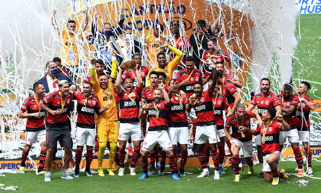 Jogadores do Flamengo levantam a taça de campeões da Supercopa Foto: Fatopress / Agência O Globo