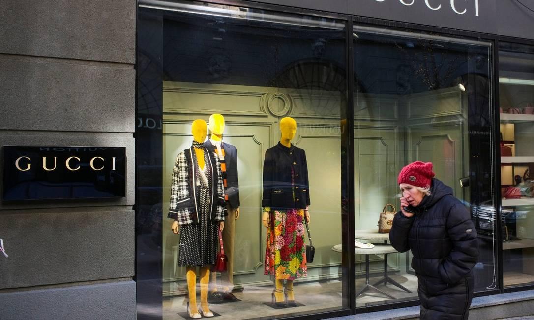 Mulher passa por uma loja Gucci, que está fechada devido a um bloqueio imposto para evitar a propagação da doença do coronavírus, no centro de Kiev, Ucrânia. Foto: Gleb Garanich/ 23/03/21 / Reuters