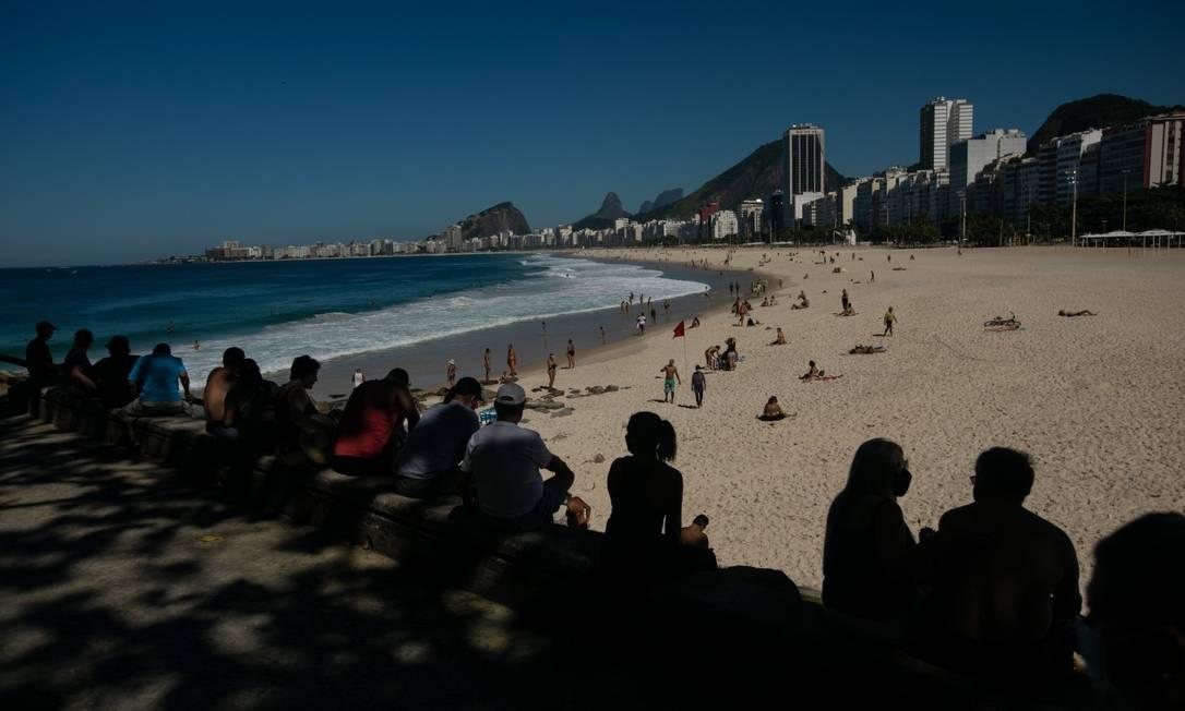 Apesar de movimento menor, houve desrespeito às regras de distanciamento na orla do Rio neste fim de semana de calor Foto: Brenno Carvalho em 10-4-2021 / Agência O Globo