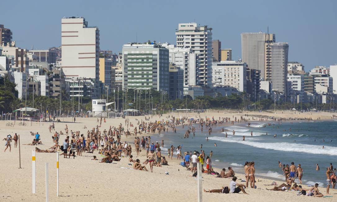 Desrespeitando o decreto municipal, pessoas tomam banho de sol na Praia de Ipanema Foto: Leo Martins / Agência O Globo