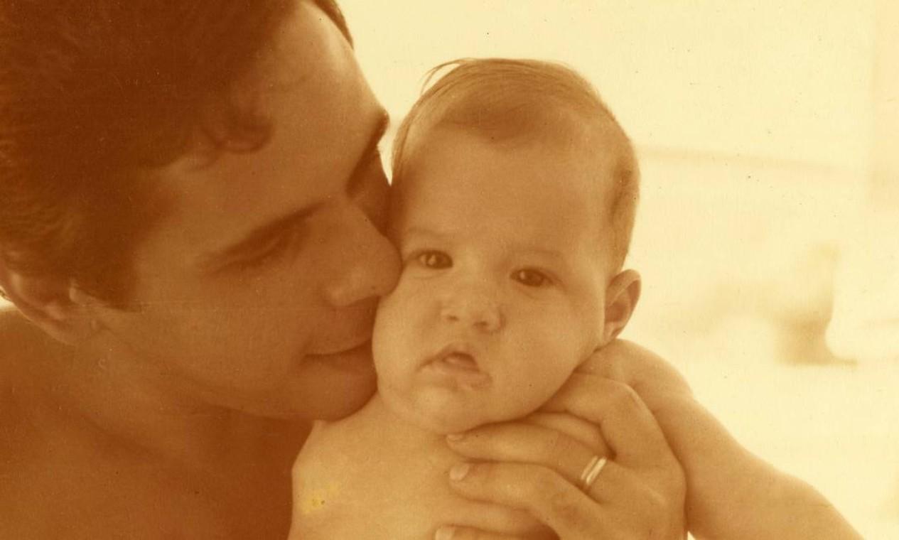 Paulo no colo do pai, em 1979 Foto: Arquivo Pessoal