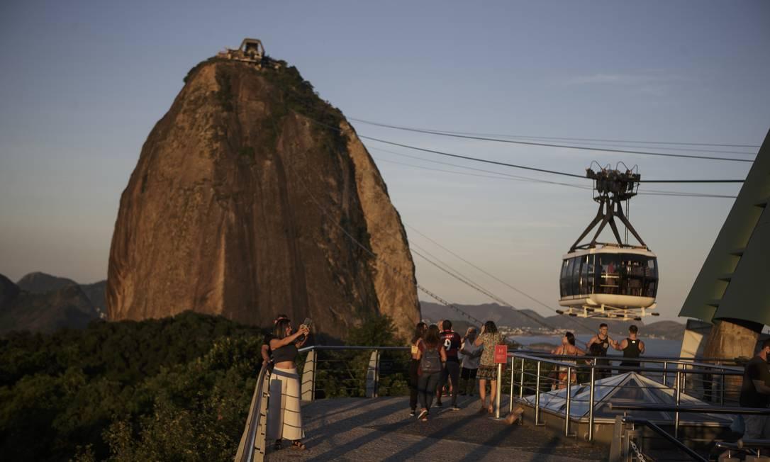 Com a capacidade restrita, bondinho está transportando apenas 26 pessoas por vez Foto: Alexandre Cassiano / Agência O Globo