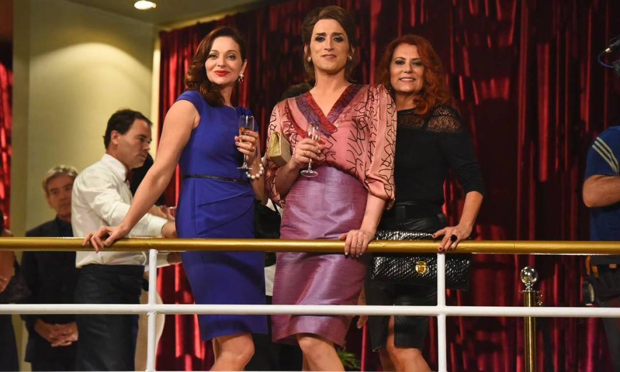"""Cena de """"Minha mãe é uma peça 2"""": Dona Hermínia (Paulo Gustavo) e as irmãs Iesa (Alexandra Richter) e Lúcia Helena (Patricya Travassos) Foto: Divulgação"""