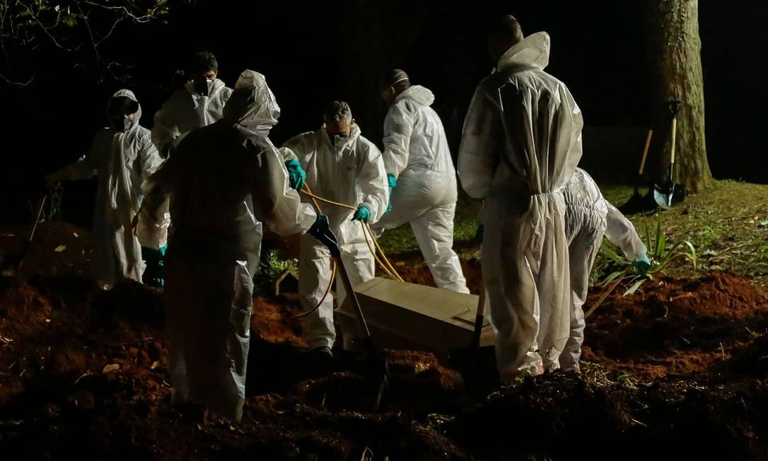 Enterro de vítima de Covid-19 no cemitério de Vila Formosa, em São Paulo. Foto: MIGUEL SCHINCARIOL / AFP
