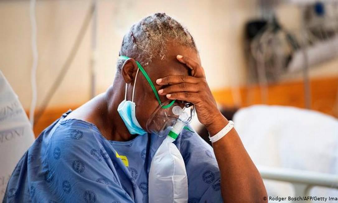 Paciente com covid-19 na África do Sul: país teve acesso a vacinas, mas vários vizinhos, ainda não Foto: Rodger Bosch/AFP / Getty Images