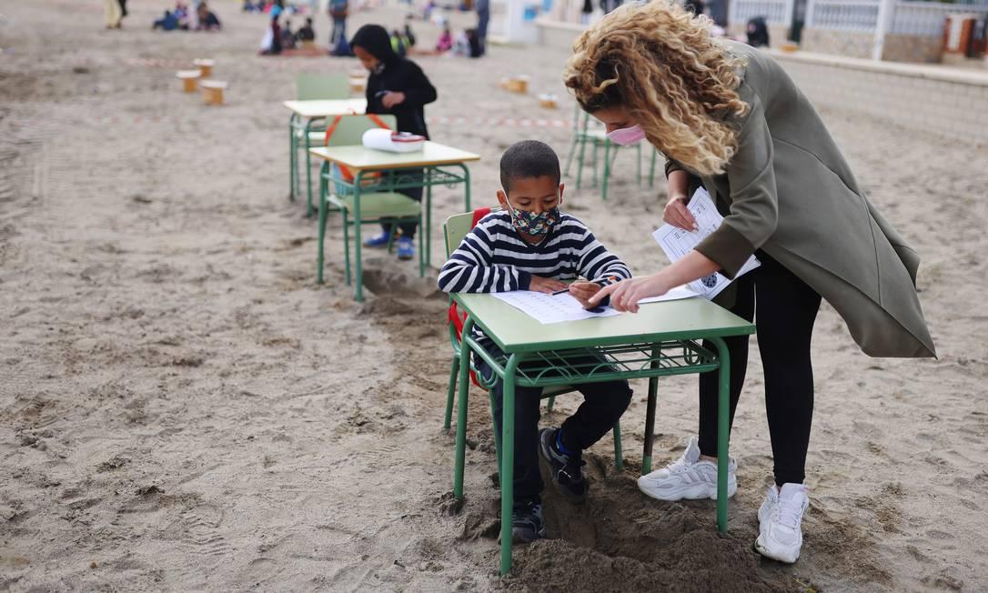 Objetivo é aproveitar melhor o espaço ao ar livre para as aulas com crianças durante a pandemia Foto: NACHO DOCE / REUTERS