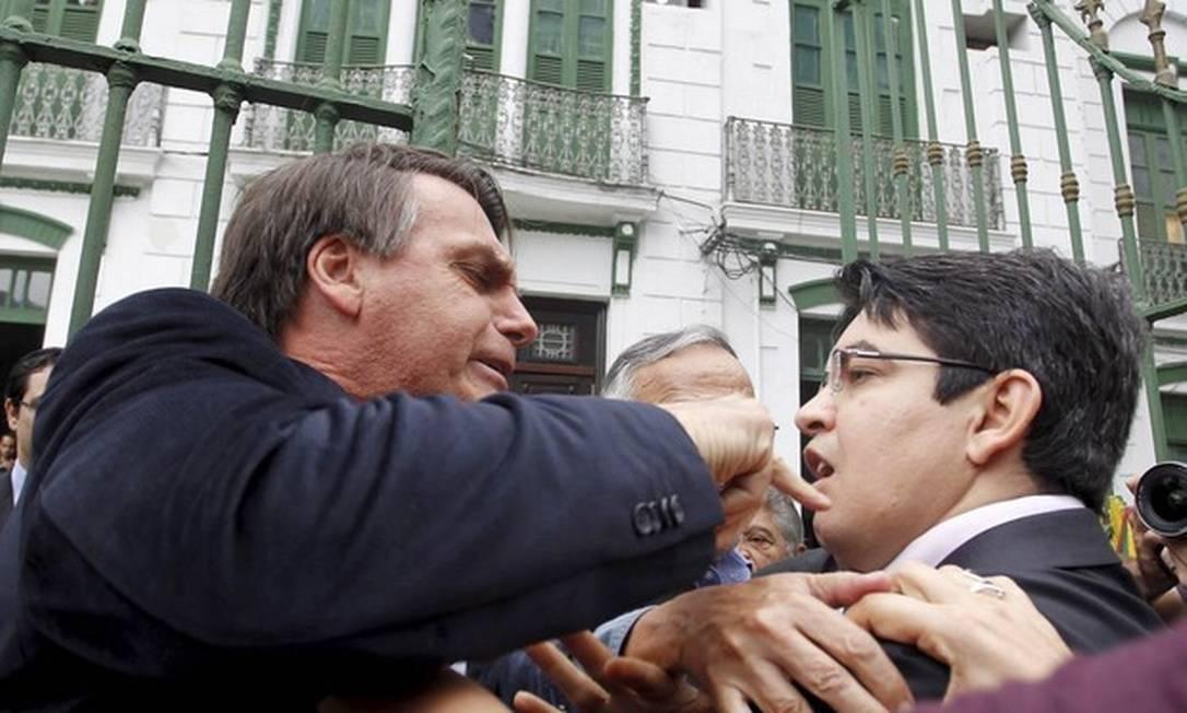 Discussão entre Jair Bolsonaro e Randolfe Rodrigues na entrada da Comissão da Verdade do Senado no prédio do antigo DOI-Codi, em 2013 Foto: Márcia Foletto/Agência O Globo