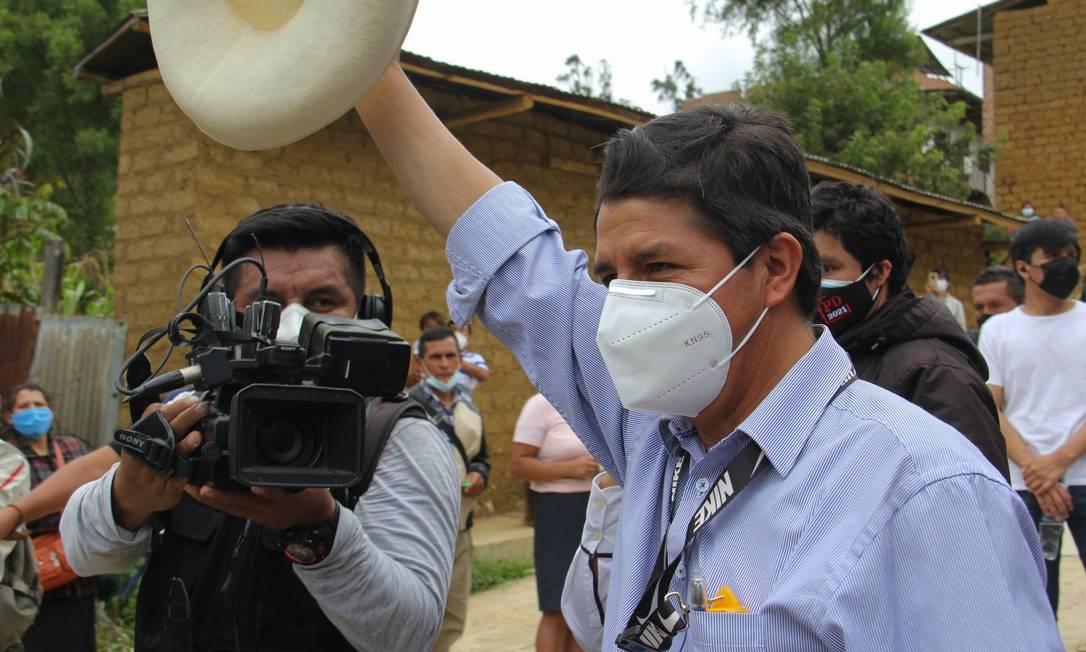 Pedro Castillo, do partido Peru Livre, ao votar no domingo em Cajamarca; ele tem 17% dos votos Foto: - / AFP