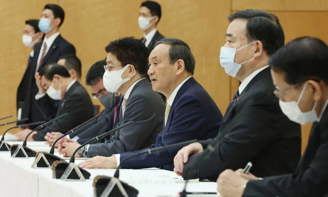 Premier japonês Yoshihide Suga fala durante reunião ministerial Foto: STR / AFP