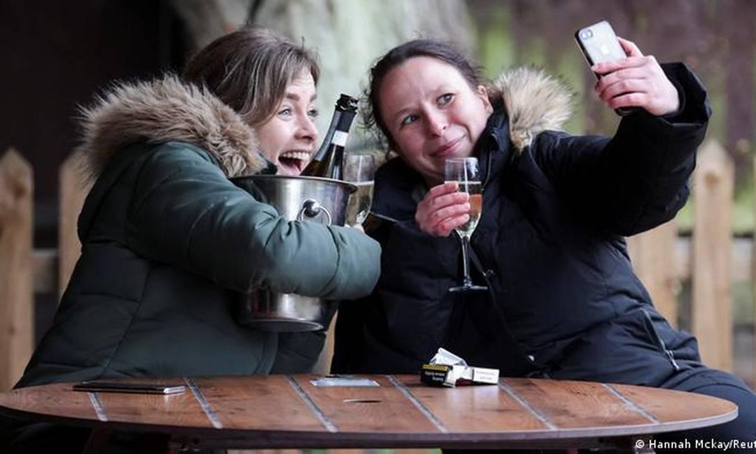 Apesar das baixas temperaturas, muitas pessoas aproveitaram a reabertura dos pubs Foto: Hannah McKay / Reuters