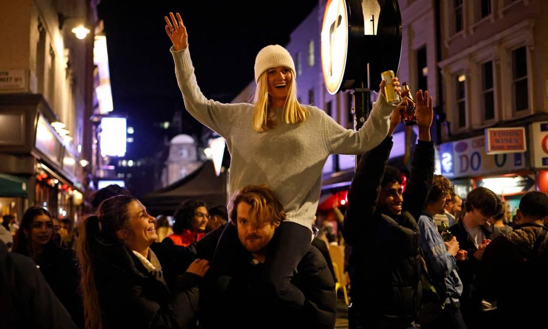 Pessoas saíram às ruas para comemorar nesta segunda (12) a reabertura de bares e restaurantes Foto: TOLGA AKMEN / AFP