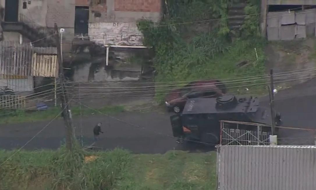 Policiais deixam blindado e avançam à pé em comunidades do Campinho, na Zona Norte do Rio Foto: TV Globo / Reprodução