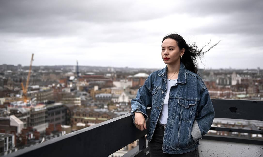 """Soma Sara, em Londres (28/03/2021), fundou a plataforma """"Everyone's Invited"""": um espaço para que meninas e jovens mulheres compartilhem seus relatos de violência sexual. Milhares de relatos online jogaram luz sobre o tema recentemente no país Foto: MARY TURNER / NYT"""