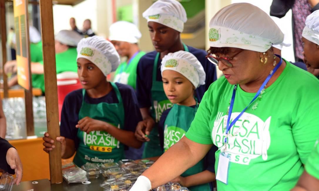 Crianças da Associação Beneficente São Martinho durante o Festival de Receitas 2018, com a voluntária do Mesa Brasil Sesc RJ, Regina Célia Souza Franco . Os pequenos participam do projeto 'Cozinha Esperta', que serviu de inspiração para a criação do 'Pequeno Gourmet' Foto: Divulgação/Casa da Foto