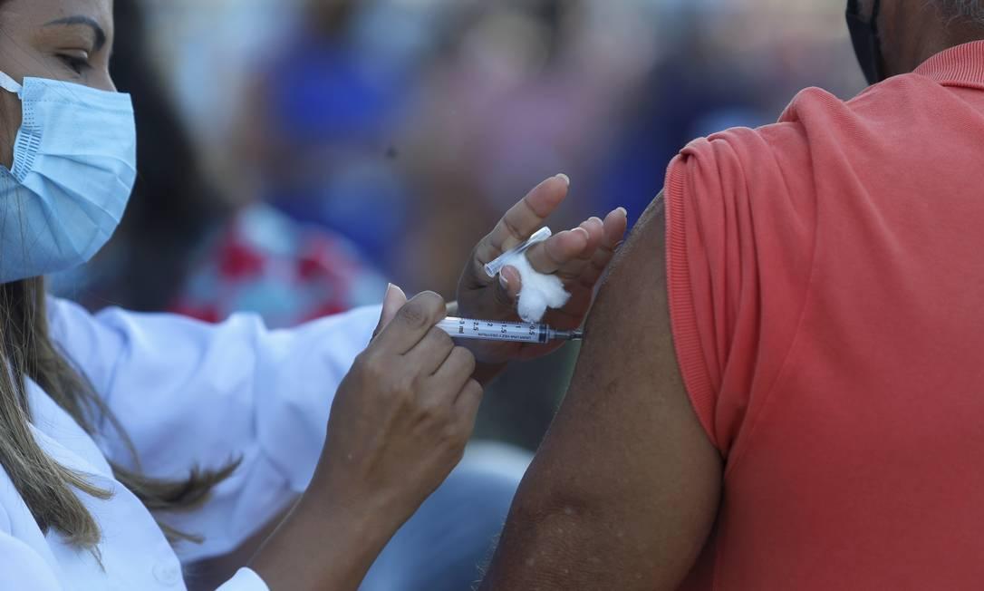 Vacinação contra a Covid-19 em Xerém, em Duque de Caxias, Rio de Janeiro, para quem tomou a primeira dose da vacina Coronavac Foto: Fabiano Rocha / Agência O Globo