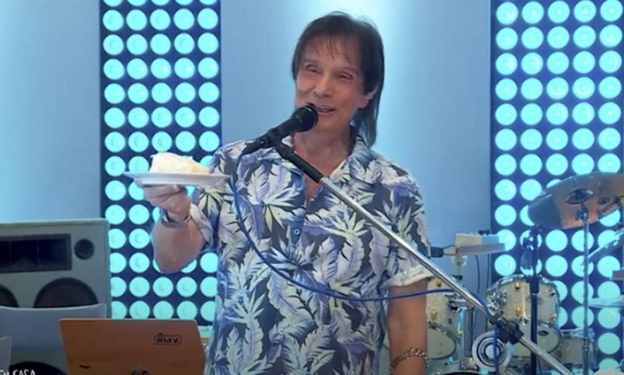 Durante a pandemia Roberto Carlos fez show ao vivo de casa, transmitido pelo aplicativo Globoplay, da TV Globo Foto: Reprodução / Agência O Globo - 19/04/2020