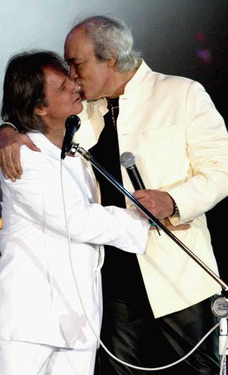 Roberto Carlos recebe o carinho do amigo Erasmo Carlos Foto: Gustavo Stephan / Agência O Globo - 06/12/2003