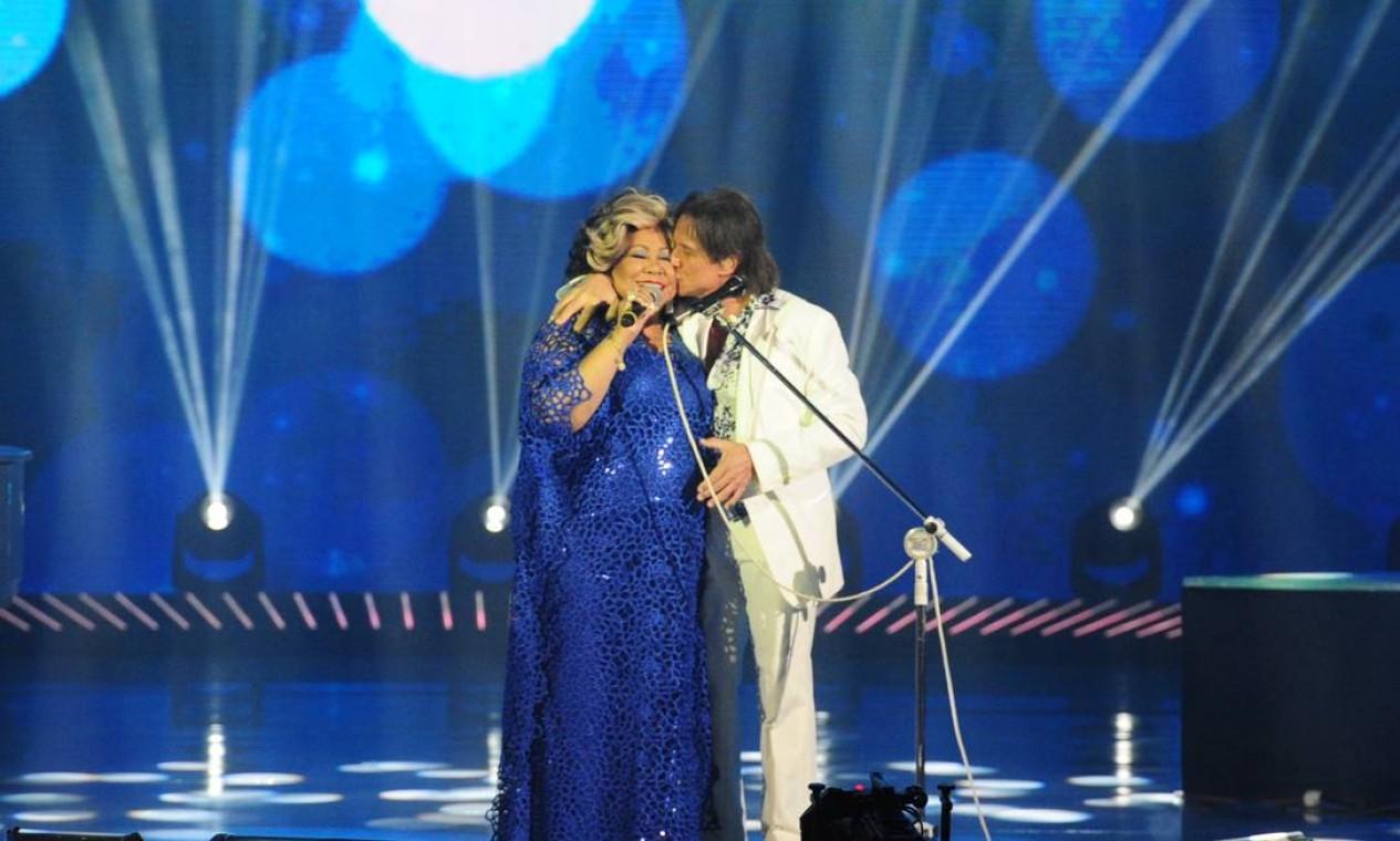 Roberto Carlos beija Alcione durante participação da Marrom no Especial Foto: João Cotta