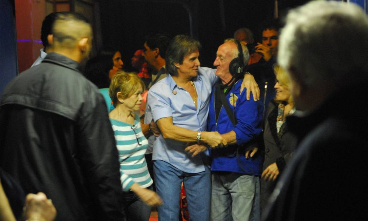 """Roberto Carlos cumprementa Russo, a ssistente de palco icônico da TV Globo, que começou no """"Cassino do Chacrinha"""" Foto: João Miguel Júnior / TV Globo - 23/06/2009"""