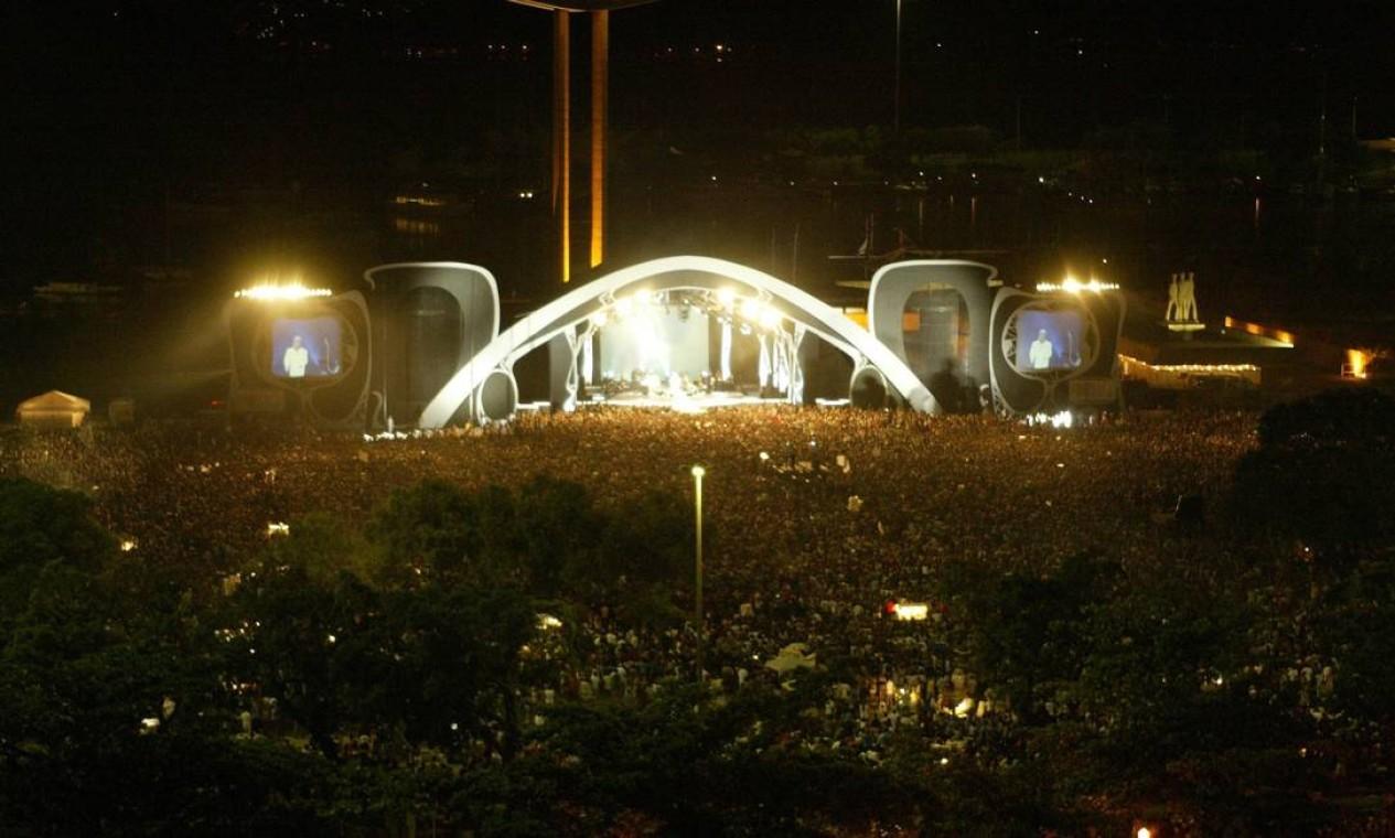 Cerca de 300 mil pessoas lotaram o Aterro do Flamengo, na Zona Sul do Rio, para verr show do cantor Roberto Carlos Foto: Leonardo Aversa / Agência O Globo - 17/11/2002