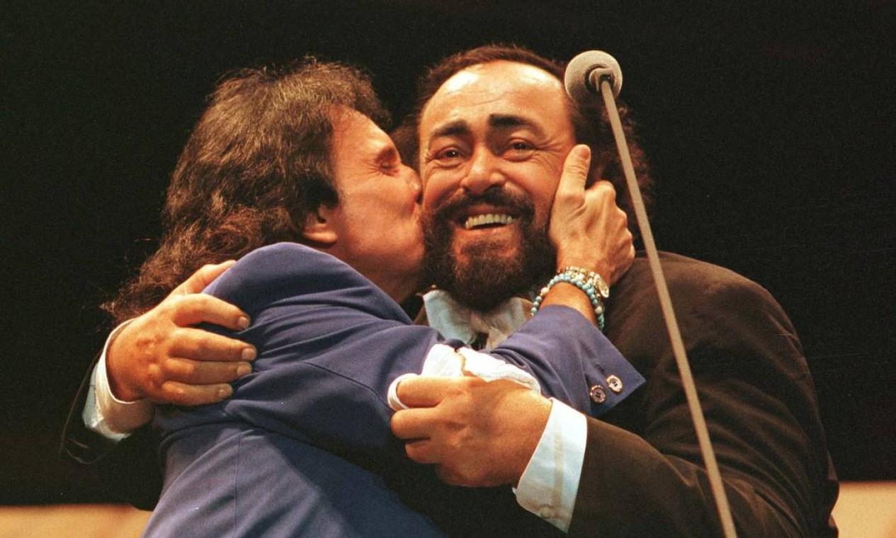 Roberto Carlos tieta o tenor italiano Luciano Pavarotti durante show em Porto Alegre Foto: Cezar Loureiro / Agência O Globo - 04/05/1998