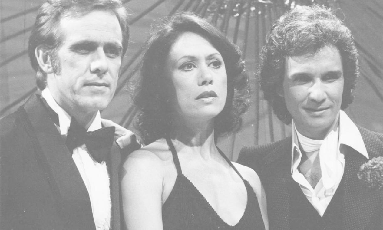 Roberto Carlos aparece com os atores Francisco Cuoco e Dina Sfat durante gravação do especial na TV Globo Foto: Arquivo / Agência O Globo - 28/11/1979