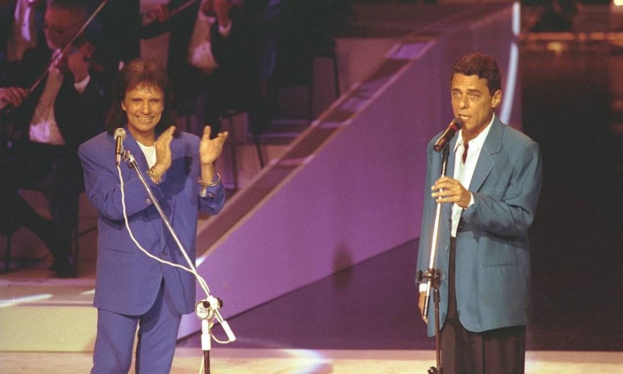 Roberto Carlos canta com Chico Buarque em especial de fim de ano da TV Globo Foto: Marcos Issa / Agência O Globo - 11/12/1993