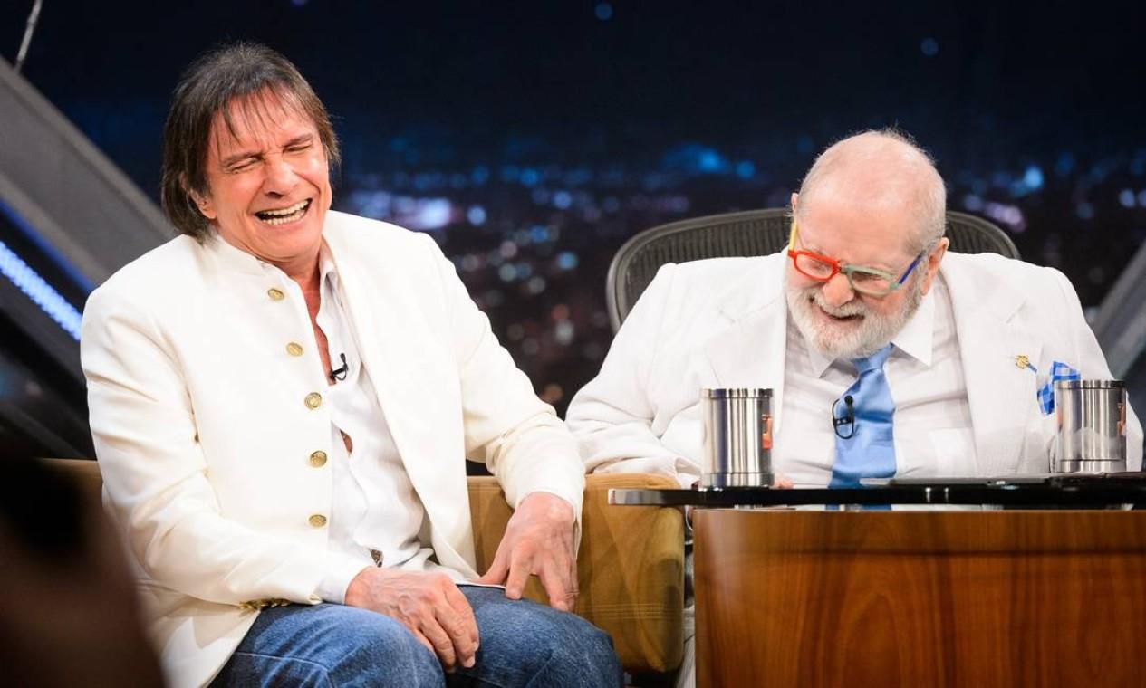 Jô Soares e Roberto Carlos se divertem durante a última participação do cantor no Programa do Jô, que saiu do ar em 2016 Foto: Ramon Vasconcelos / TV Globo
