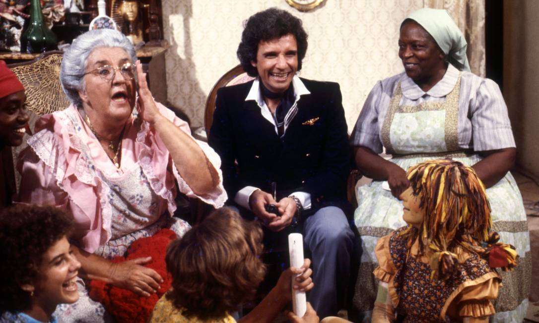 Em novembro de 1979, Roberto Carlos gravava com o elenco do Sítio do Pica-pau Amarelo, para seu especial de final de ano. Ao lado do cantor, Zilka Salaberry (Dona Benta) e Jacira Sampaio (Tia Anastácia); sentados: Romeu Evaristo (Saci Pererê), Isabela Garcia (Narizinho), Júlio César Rodrigues Vieira (Pedrinho) e Reny de Oliveira (Emília) Foto: Agência O Globo