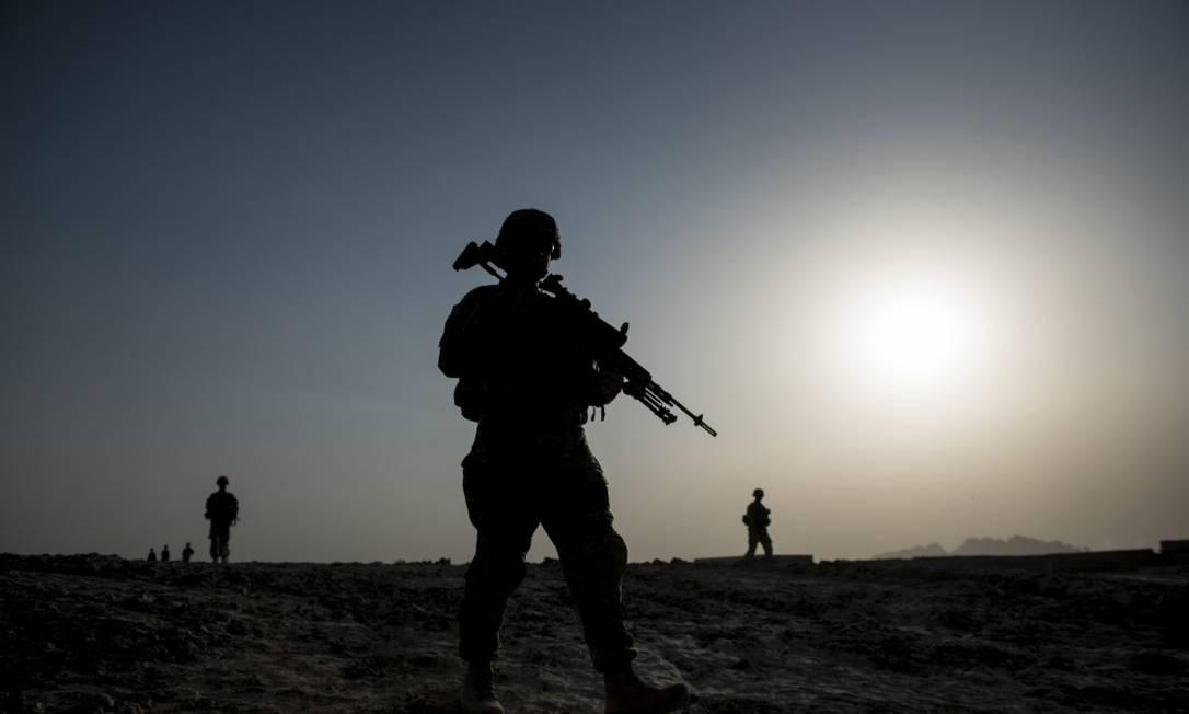 Soldados americanos realizam patrulha perto do campo aéreo de Kandahar Foto: BRENDAN SMIALOWSKI / AFP/3-6-14