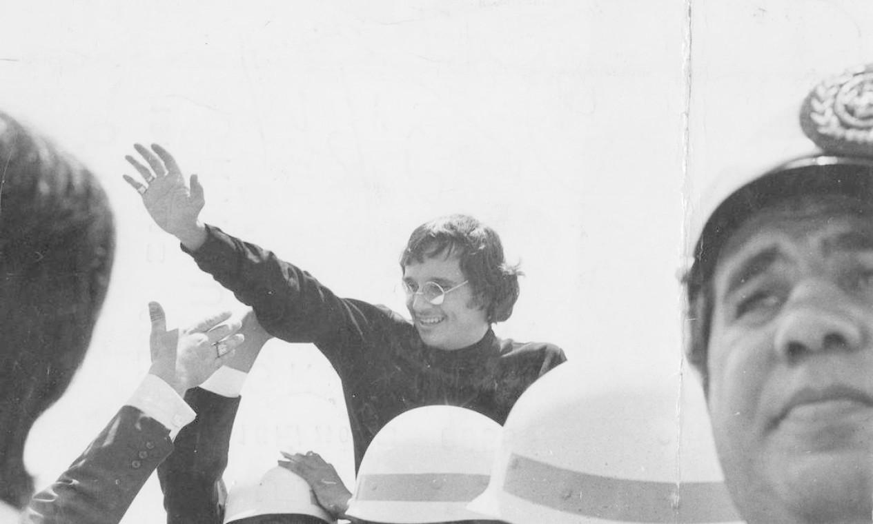Roberto Carlos acena para fãs no aeroporto de Congonhas, na Zona Sul de São Paulo, após chegar do Festival de San Remo, na Itália Foto: Agência O Globo - 16/02/1968