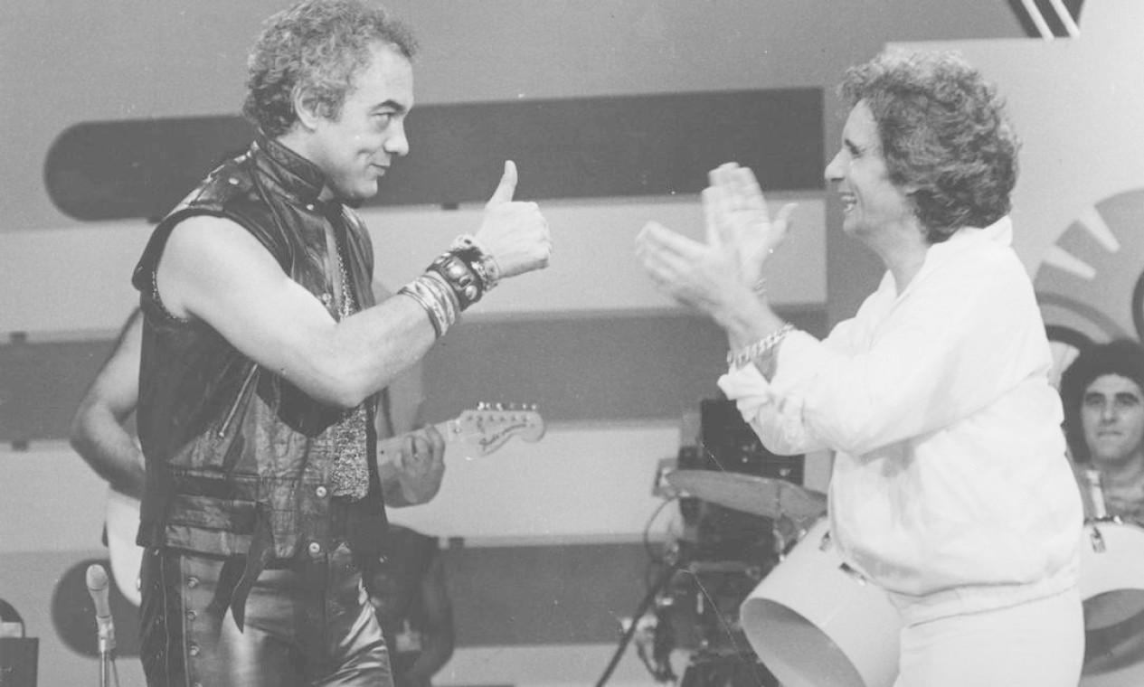 Erasmo Carlos e Roberto Carlos fazem dueto em programa da TV Globo Foto: Agência O Globo - 24/12/1981