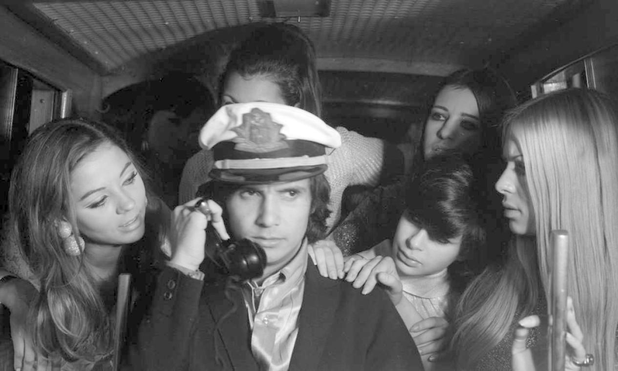 Roberto Carlos Roberto Carlos posa de capitão entre mulheres Foto: Arquivo O Globo / Agência O Globo - 28/07/1967