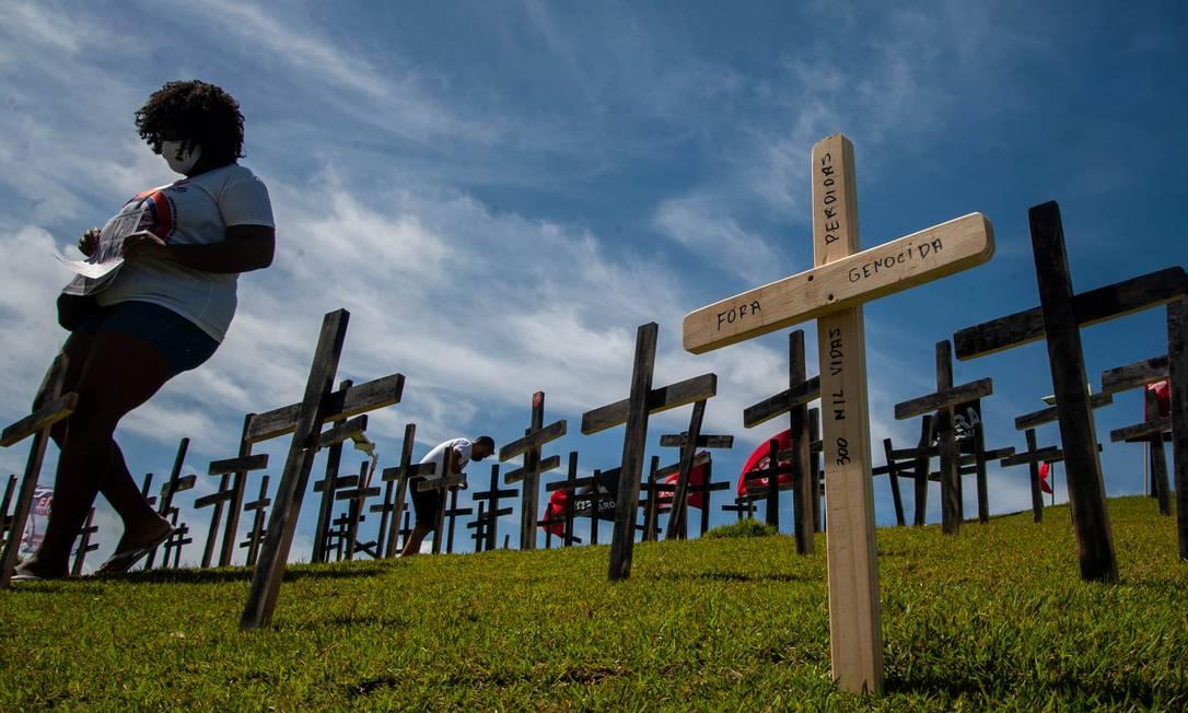 Ato simbólico no Morro do Cristo, em Salvador, contra as medidas de prevenção do governo Bolsonaro em relação ao Covid-19 e homenageiam aos mortos pela Covid Foto: Felipe Iruatã/Zimel Press / 03-04-2021
