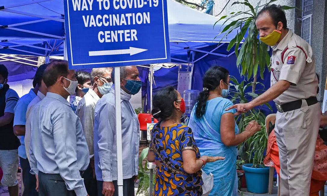 Fila de espera em um centro de vacinação de Nova Délhi, em 10 de abril de 2021 Foto: AFP - PRAKASH SINGH