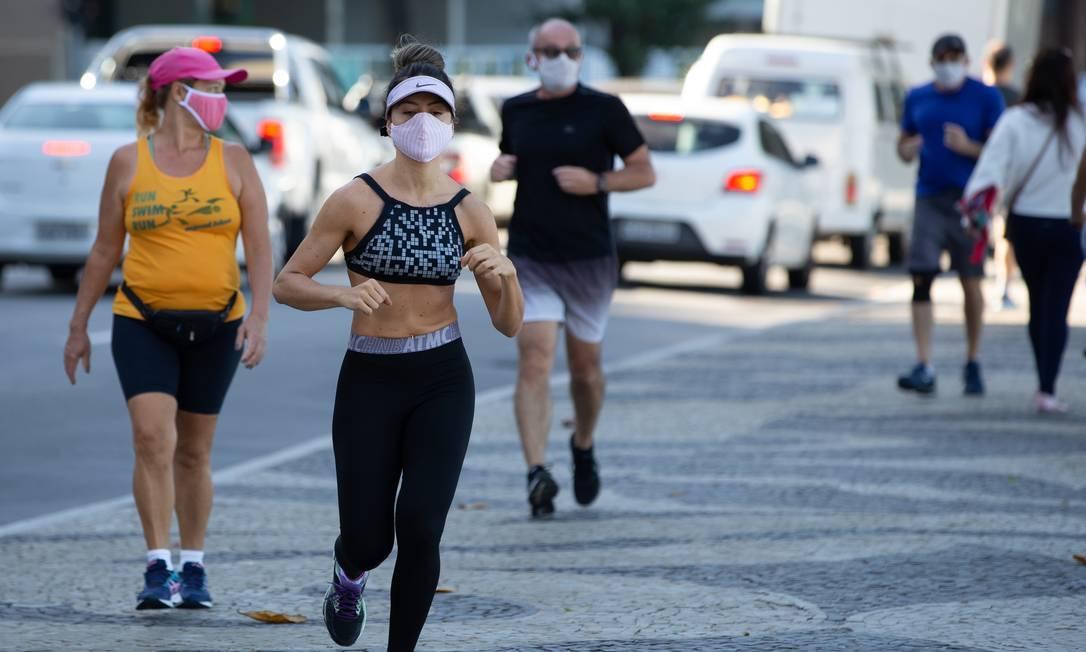 Pessoas fazem atividade física usando máscara de proteção contra o coronavírus Foto: Roberto Moreyra / Agência O Globo