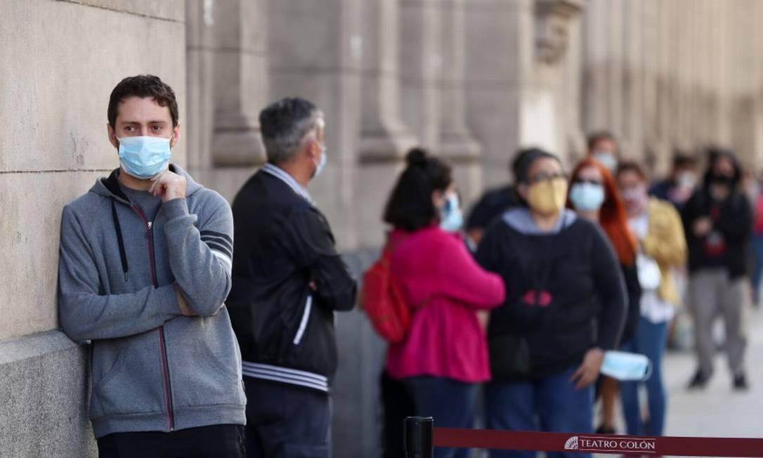 Em Buenos Aires, pessoas esperam para serem testadas para o novo coronavírus no tradicional teatro Colón Foto: AGUSTIN MARCARIAN / REUTERS/13-4-21