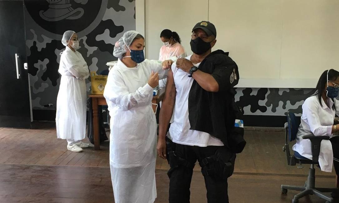 O subtenente Paulo José Pessoa de Queiroz é vacinado no primeiro dia de campanha contra a Covid-19 para agentes de segurança na ativa Foto: Rafael Nascimento de Souza / Agência O Globo