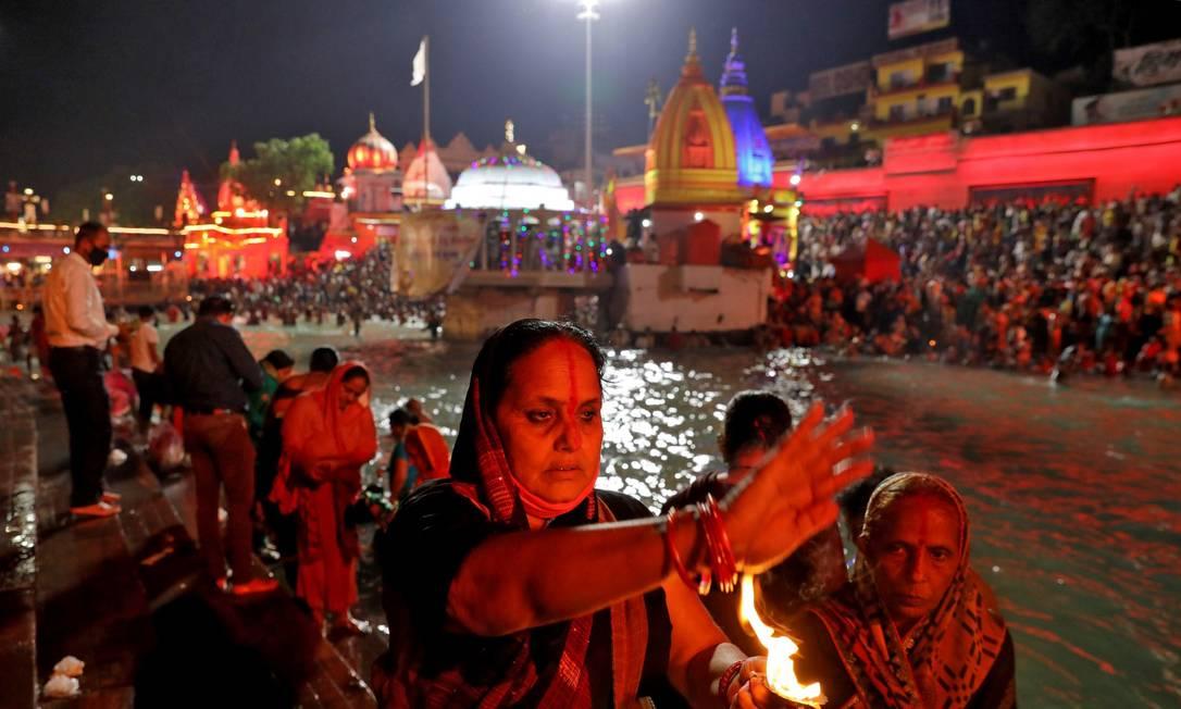 Devotos hindus participam de celebração no rio Ganges, na Índia Foto: ANUSHREE FADNAVIS / REUTERS