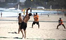 Atividades coletivas em praias foram liberadas Foto: Luiza Moraes / Agência O Globo / 14-04-2021