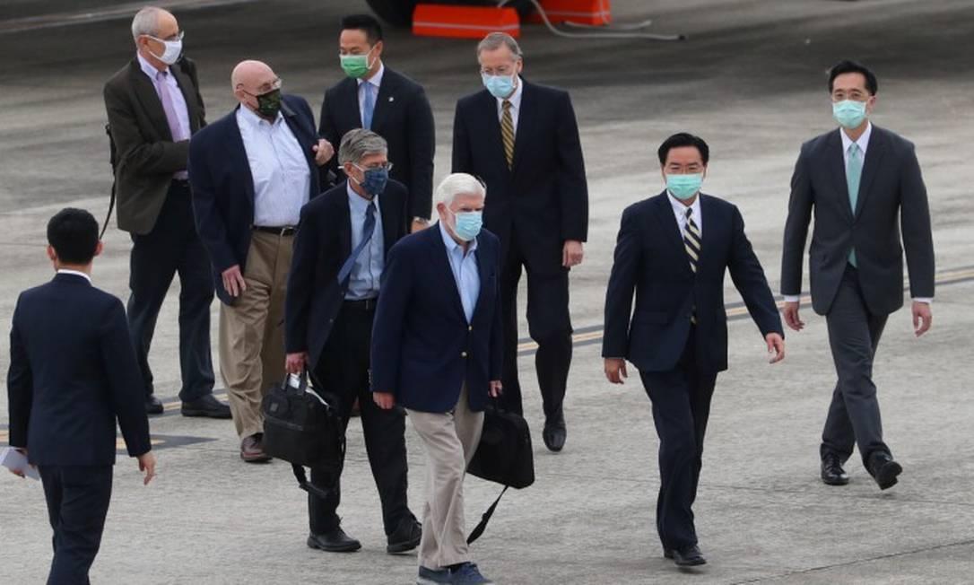 Delegação americana é recebida pelo chanceler de Taiwan, Joseph Wu, e pelo diretor do Instituto Americano em Taiwan, Brent Christensen, ao chegar em Taipei Foto: POOL / REUTERS