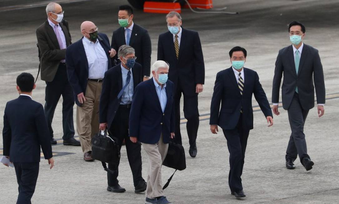 Delegação americana é recebida pelo chanceler de Taiwan, Joseph Wu, e pelo diretor do Instituto Americano em Taiwan, Brent Christensen, ao chegar em Taipé Foto: POOL / REUTERS