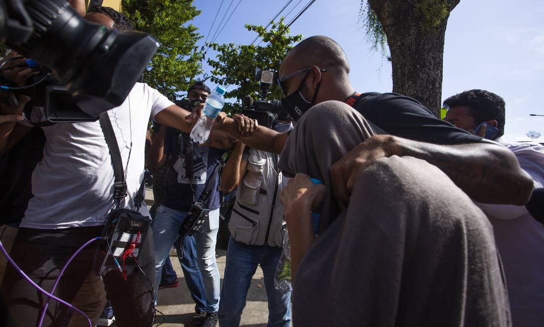 A doméstica Leila Rosângela ao chegar à 16ª DP para o segundo depoimento em 14/04/2021 Foto: Maria Isabel Oliveira / Agência O Globo