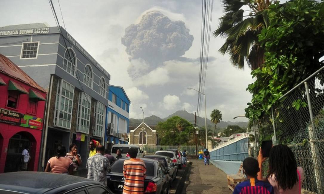 Moradores de Kingstown, capital da ilha de São Vicente, observam a erupção do vulcão Foto: STRINGER / REUTERS