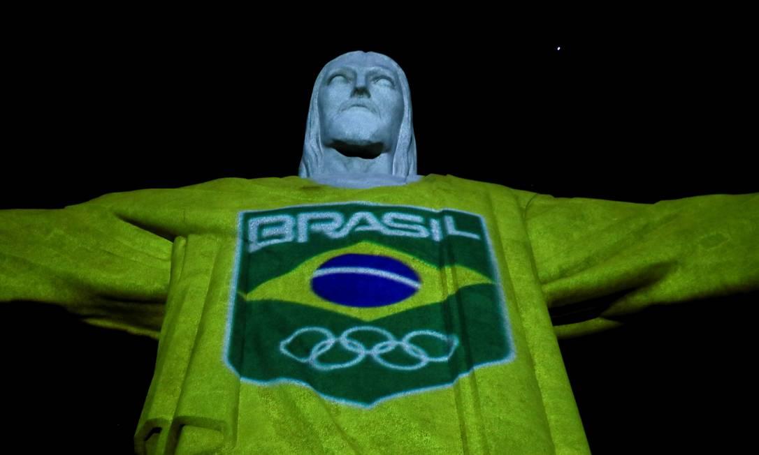 Estáua do Cristo Redentor tem uniforme com cores do Brasil projetado durante evento realizado pelo Comitê Olímpico do Brasil para marcar os 100 dias antes do início dos Jogos de Tóquio Foto: RICARDO MORAES / REUTERS